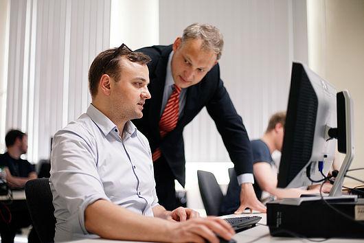 Professor und Student am PC